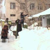 Студенты в Актобе помогают пенсионерам с уборкой снега и мытьем полов