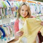Выбирает детскую одежду от интернет-магазина Coccodrillo