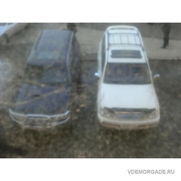 Автомобили паркуются прямо на газоне